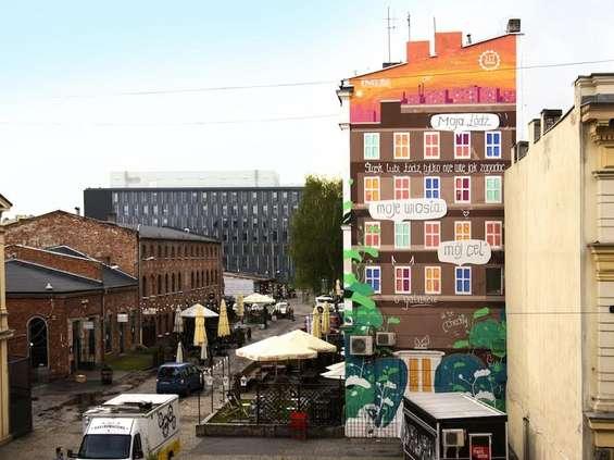 Mosqi.to maluje mural dla ING w Łodzi