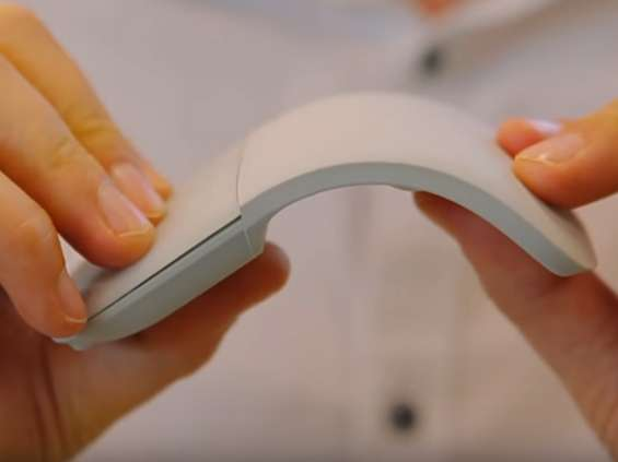 Krystyna Czubówna prezentuje innowacyjną mysz Microsoftu