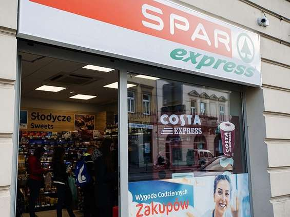 Polacy chętnie wpadają do sklepów na kawę