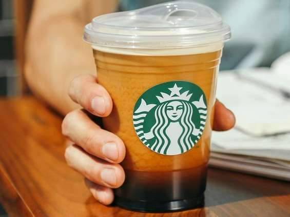 Starbucks wycofa plastikowe słomki do 2020 r.