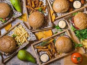 Uber Eats: najchętniej zamawiamy burgera z serem i frytki