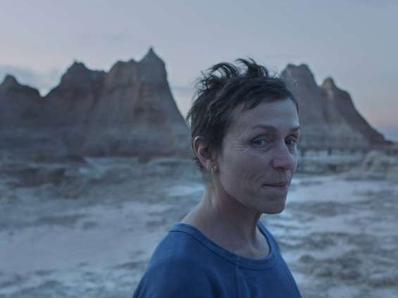 """""""Nomadland"""" będzie mieć równoległą premierę w kinach i w Hulu [wideo]"""