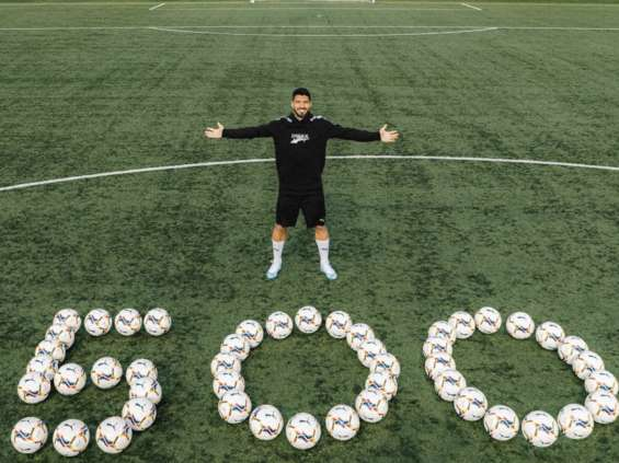 Luis Suarez świętuje 500 goli wraz z Pumą