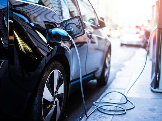 """4 na 10 osób planujących zakup nowego auta chce kupić """"elektryka"""""""