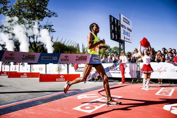 Zwycięzca biegu Oshee 10 km - Mengistru Zelalem (ETH)