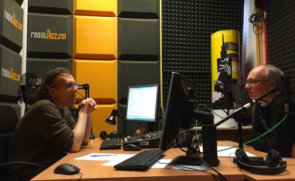 W studiu RadiaJazz.FM: z lewej Piotr Wickowski (redaktor naczelny JazzPRESS oraz autor audycji), z prawej Krzysztof Komorek (autor audycji)